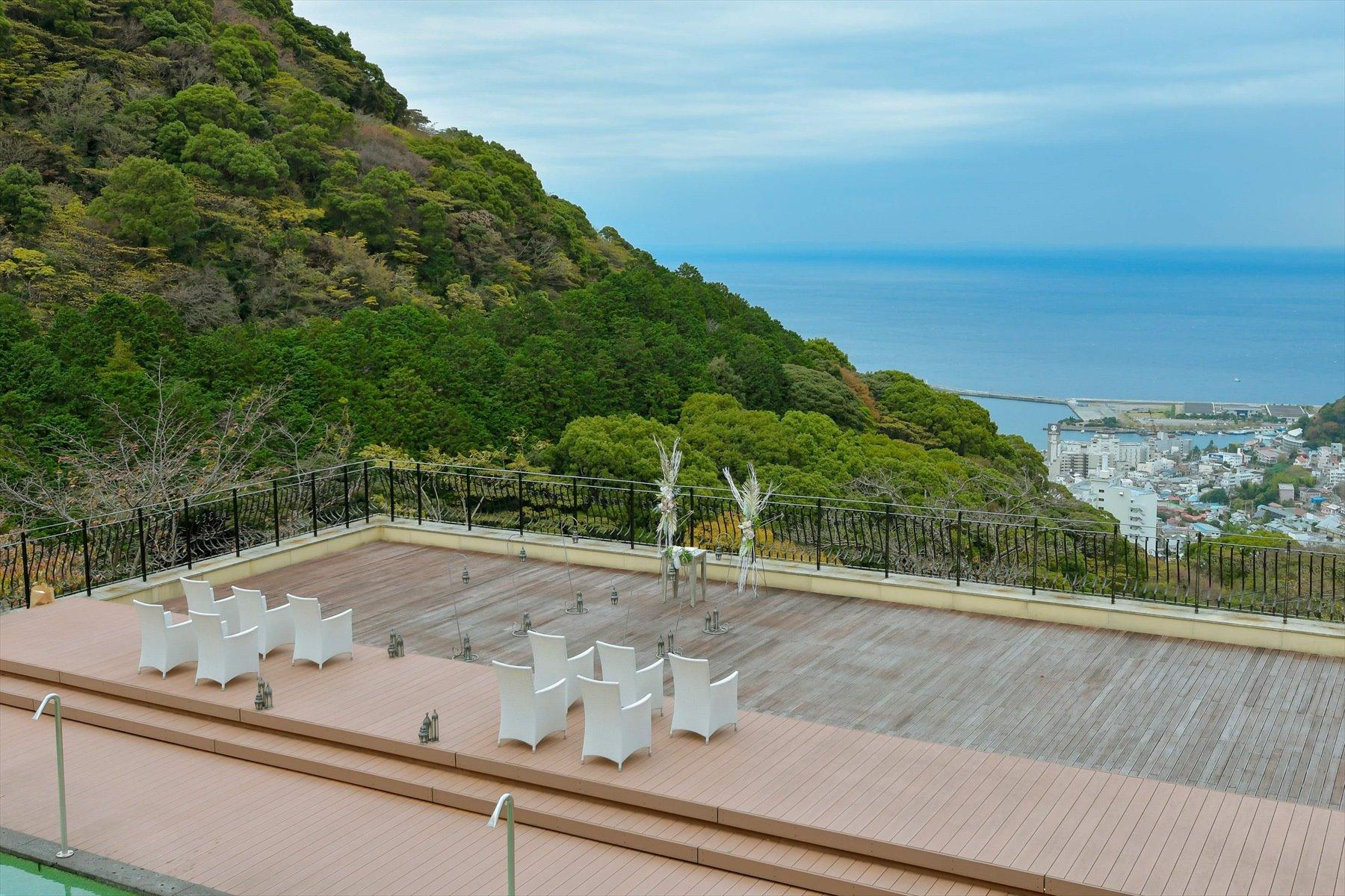 静岡県熱海結婚式場全景 アウトドアウェディング 会場装飾